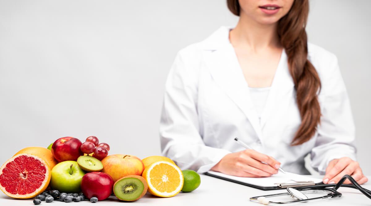هل أخصائي التغذية طبيب